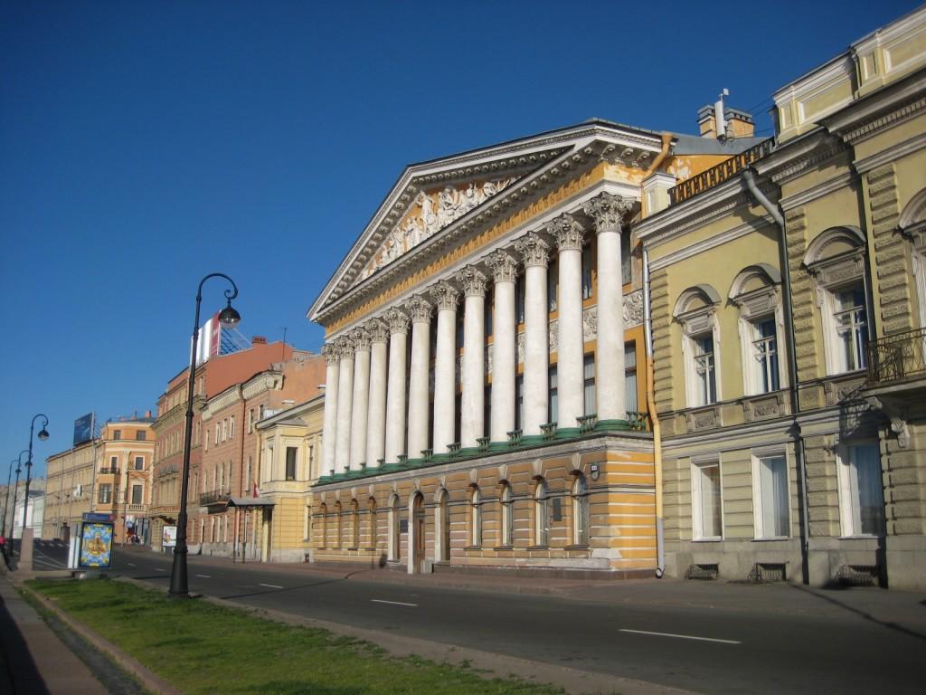 Ici quelques hotels particuliers le long de la Neva
