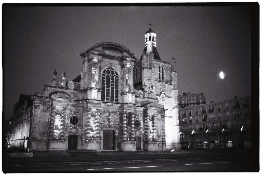 La Cathédrale du Havre de nuit dans le quartier du port