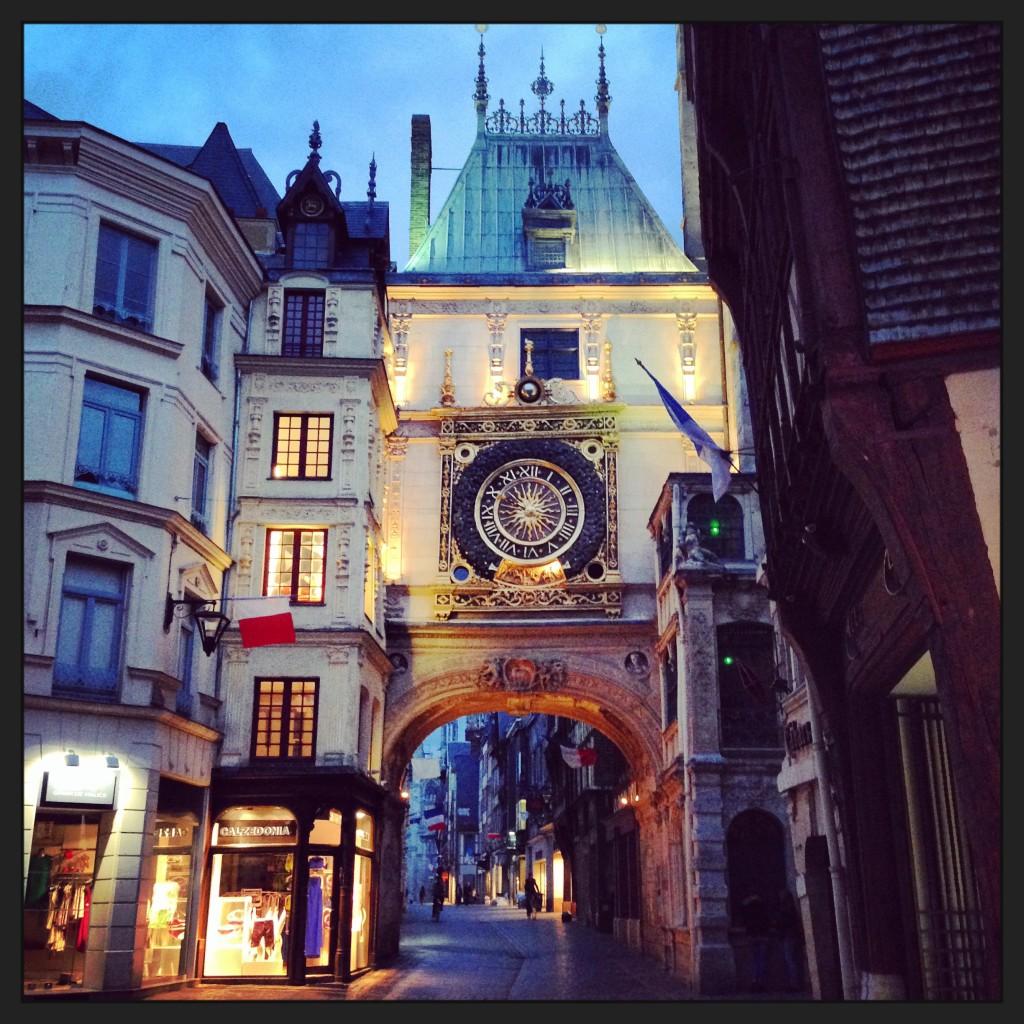 La belle ville de Rouen à la tombée de la nuit