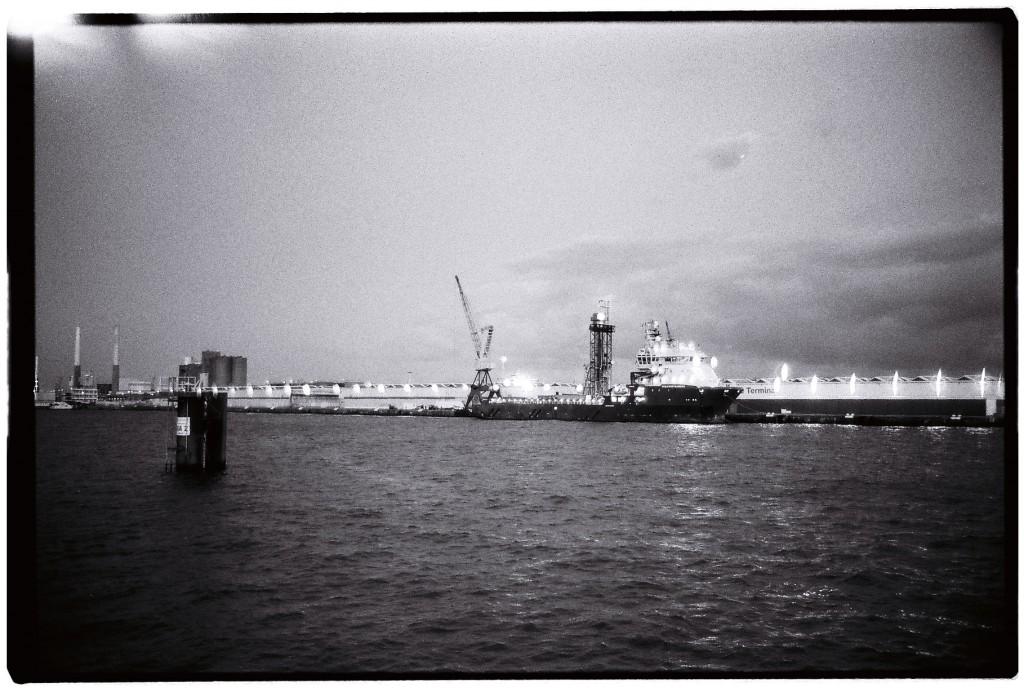 Le port du Havre en noir et blanc à la tombée de la nuit