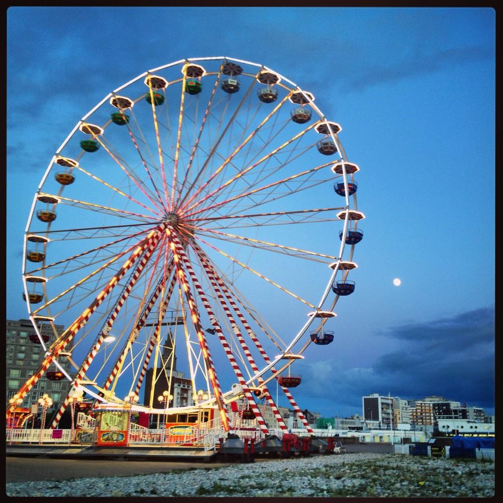 Une fête foraine l'été au clair de lune au Havre