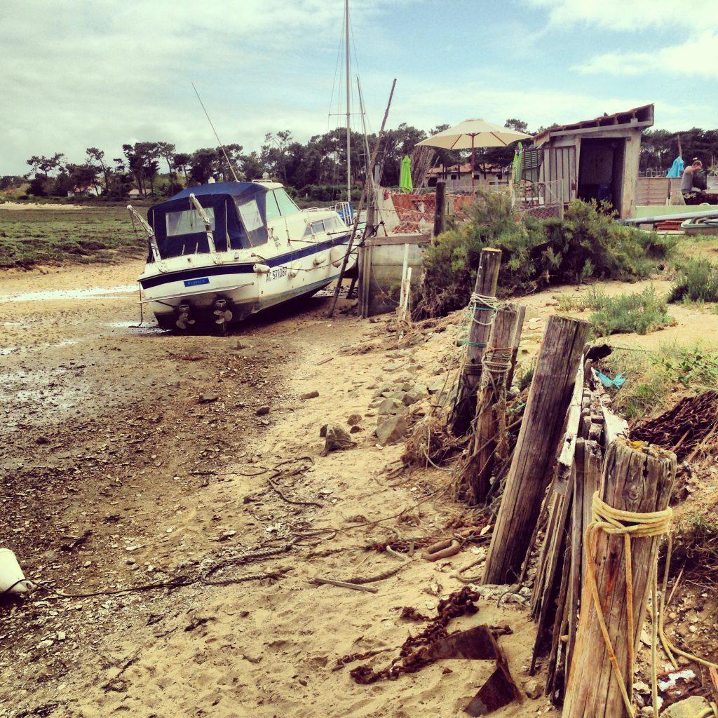 Un bateau échoué près d'une ferme à huîtres