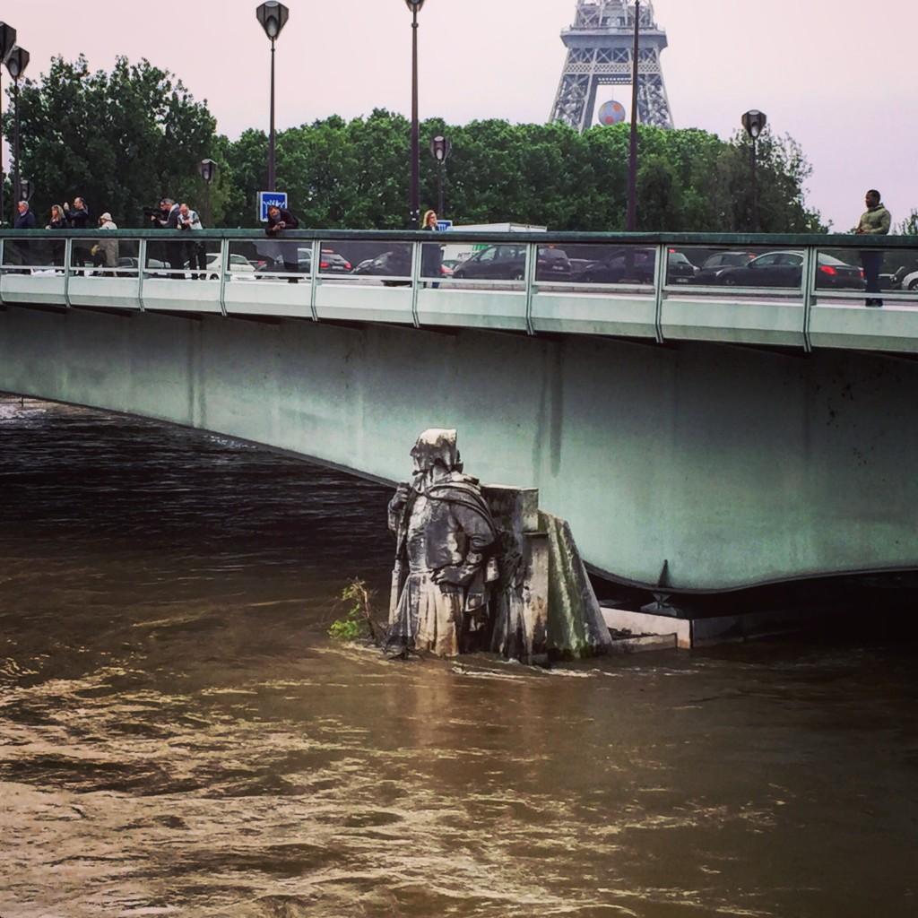 Le zouave du pont de l'Alma surveille la Seine.