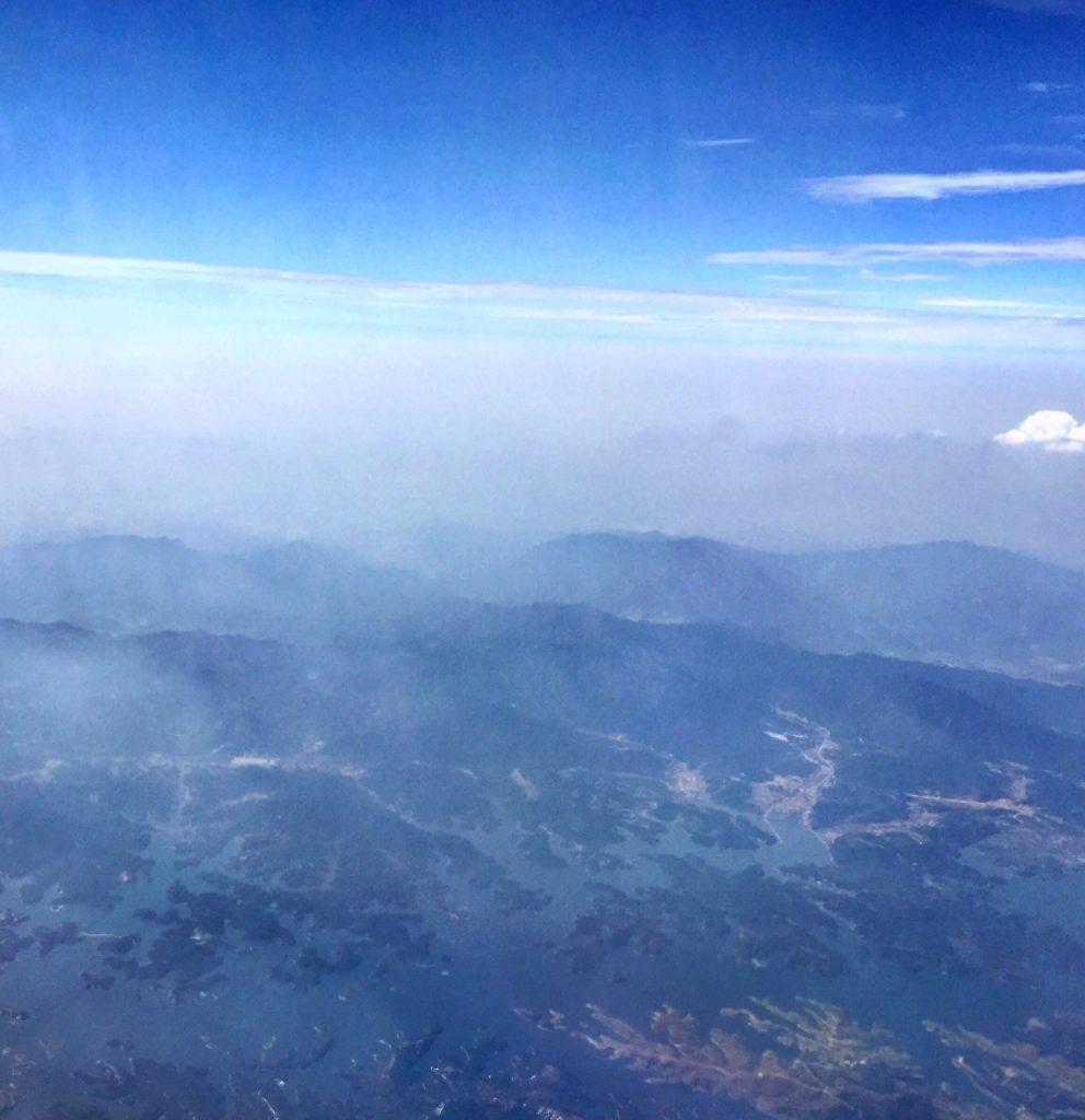 Vue aérienne de la Chine, perdue dans la brume. Province du Hubei.