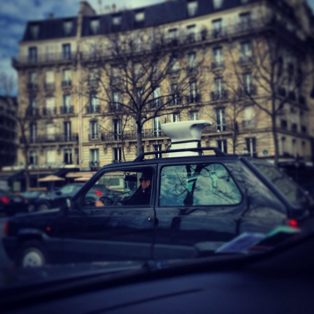 Ballade d'un bidet sur le toit d'une Fiat 500 à travers Paris