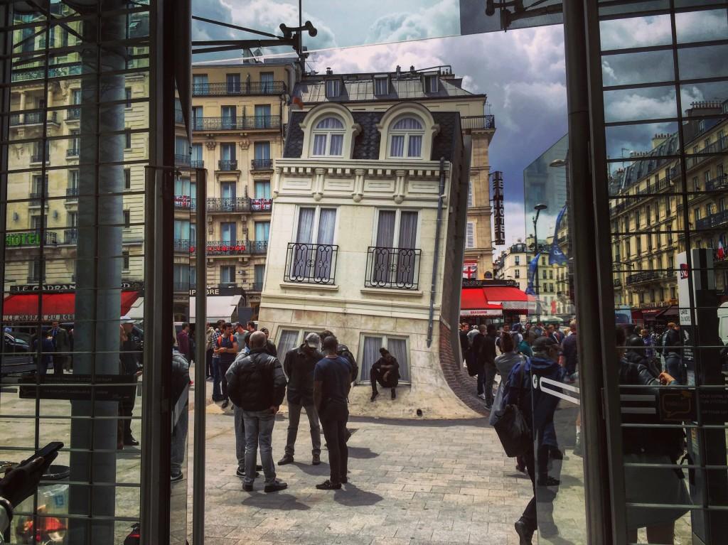 Construction insolite à Gare du Nord, Paris