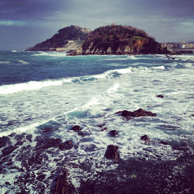 Des rochers à fleur d'eau protègent la baie de San Sebastian