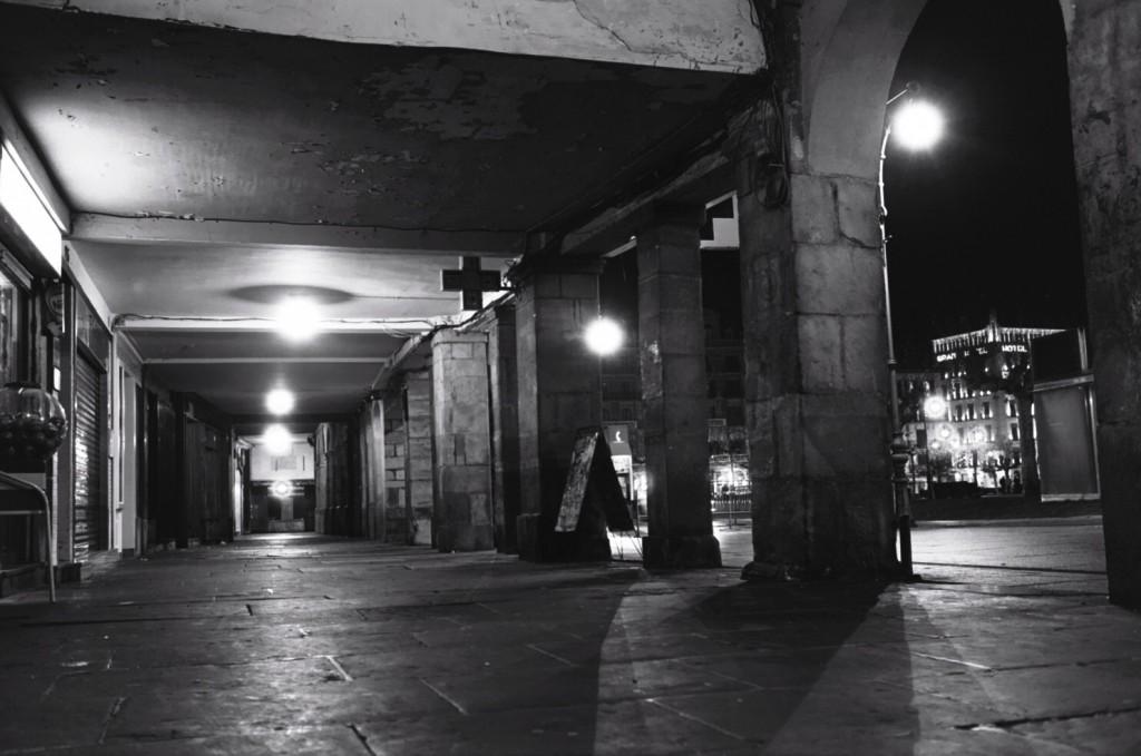 Sous les arcades à Pampelune la nuit
