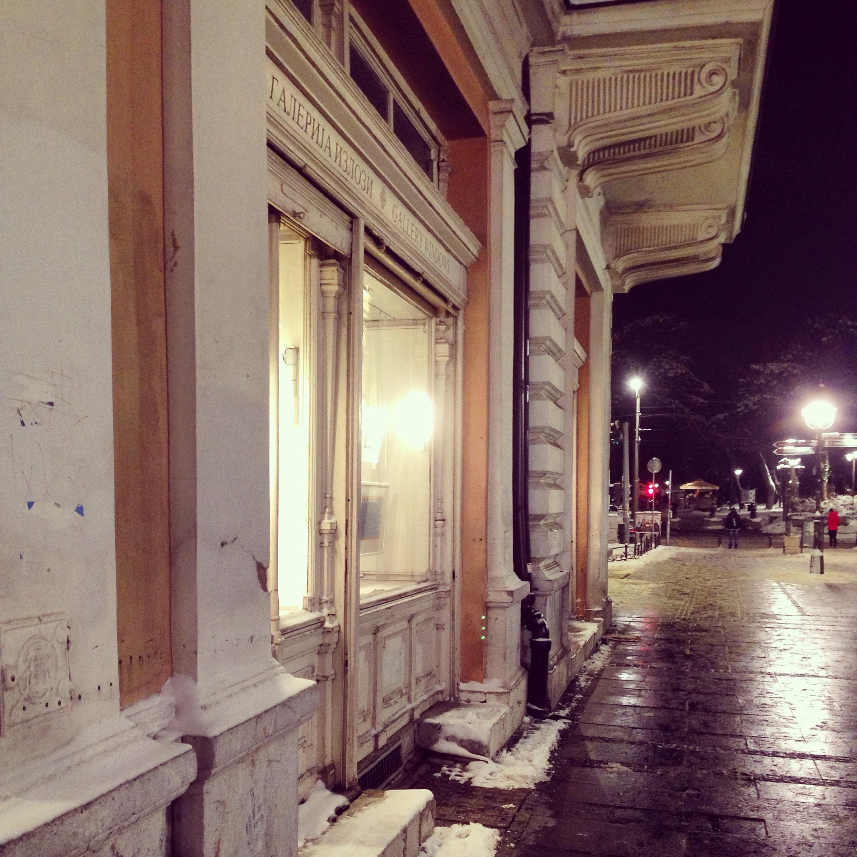 Ballade nocturne sur l'une des rues piétonnes de Belgrade