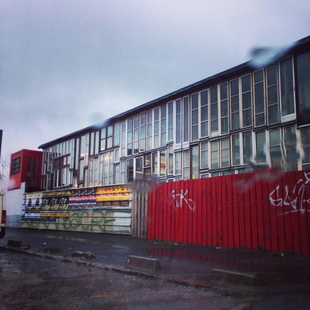 Un bâtiment bizarrement vitré au Nord de Paris