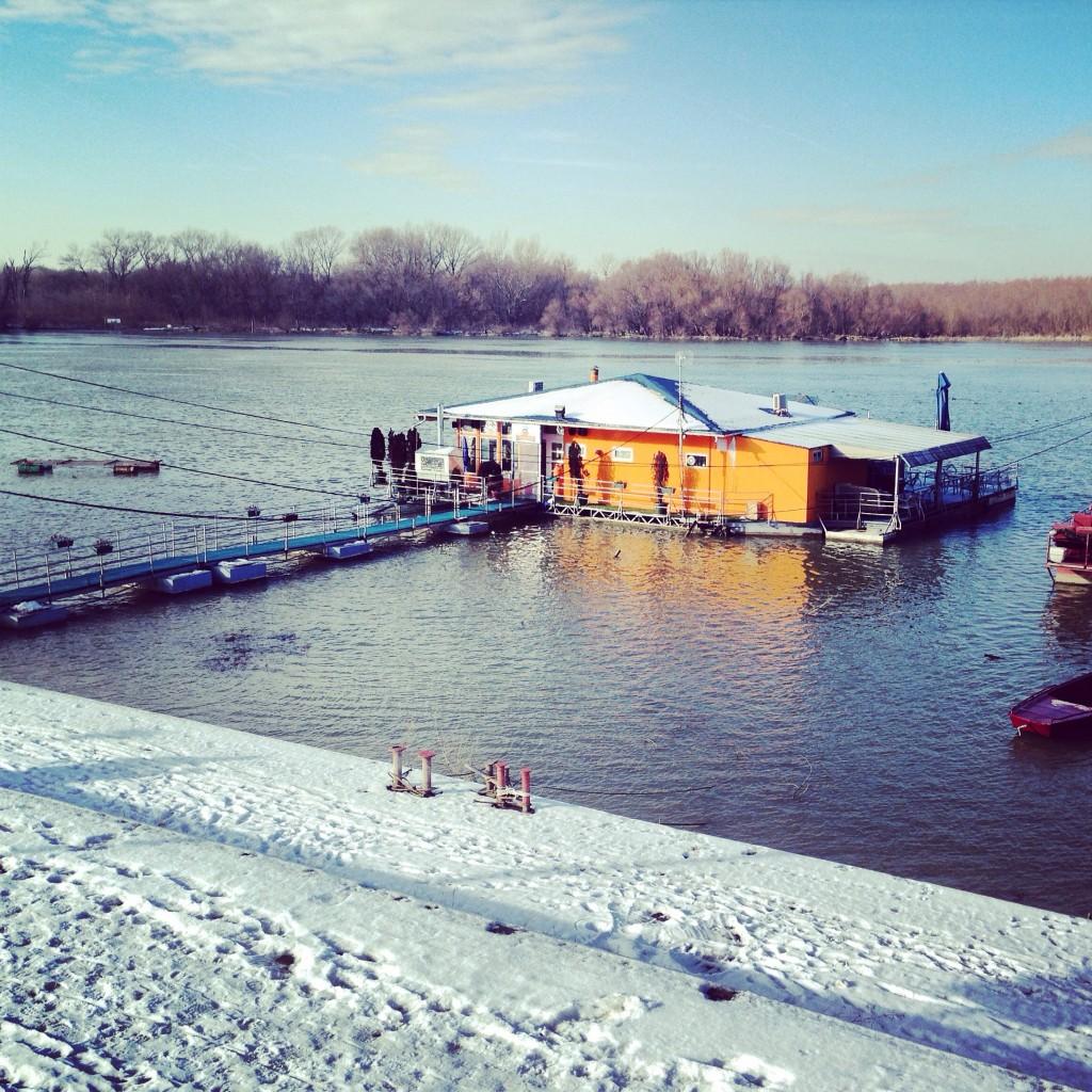 Une maison flottante sur le Danube à Belgrade