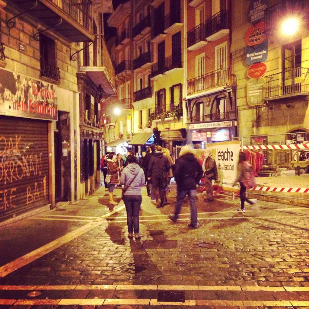 marche nocturne entre bars et tavernes