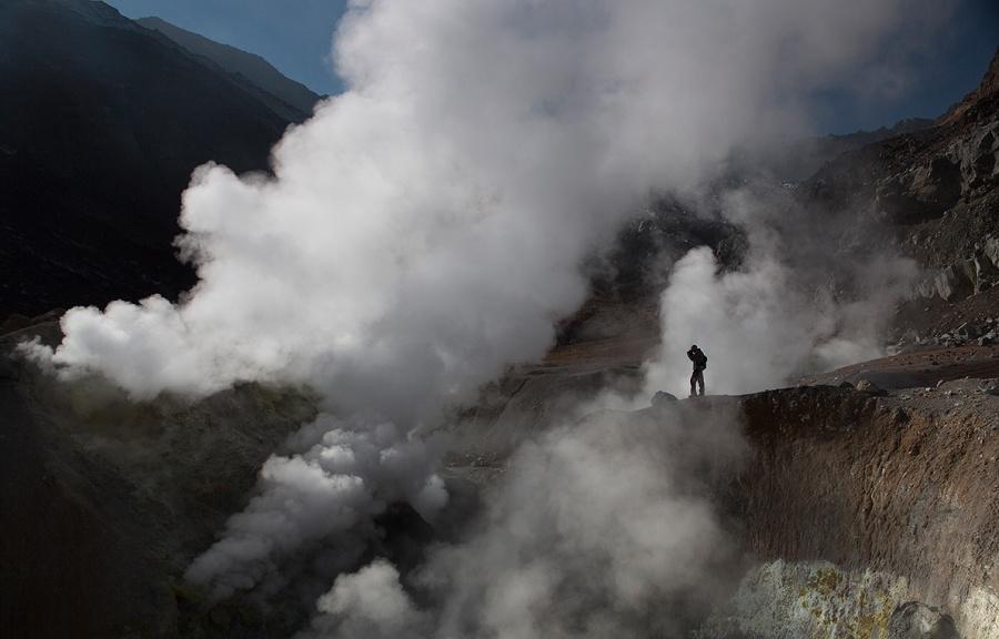 Le cratère du volcan Moutnovski et des fumées de soufre