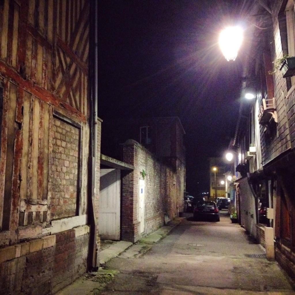 Une ruelle de nuit à Pont-Audemer en Normandie
