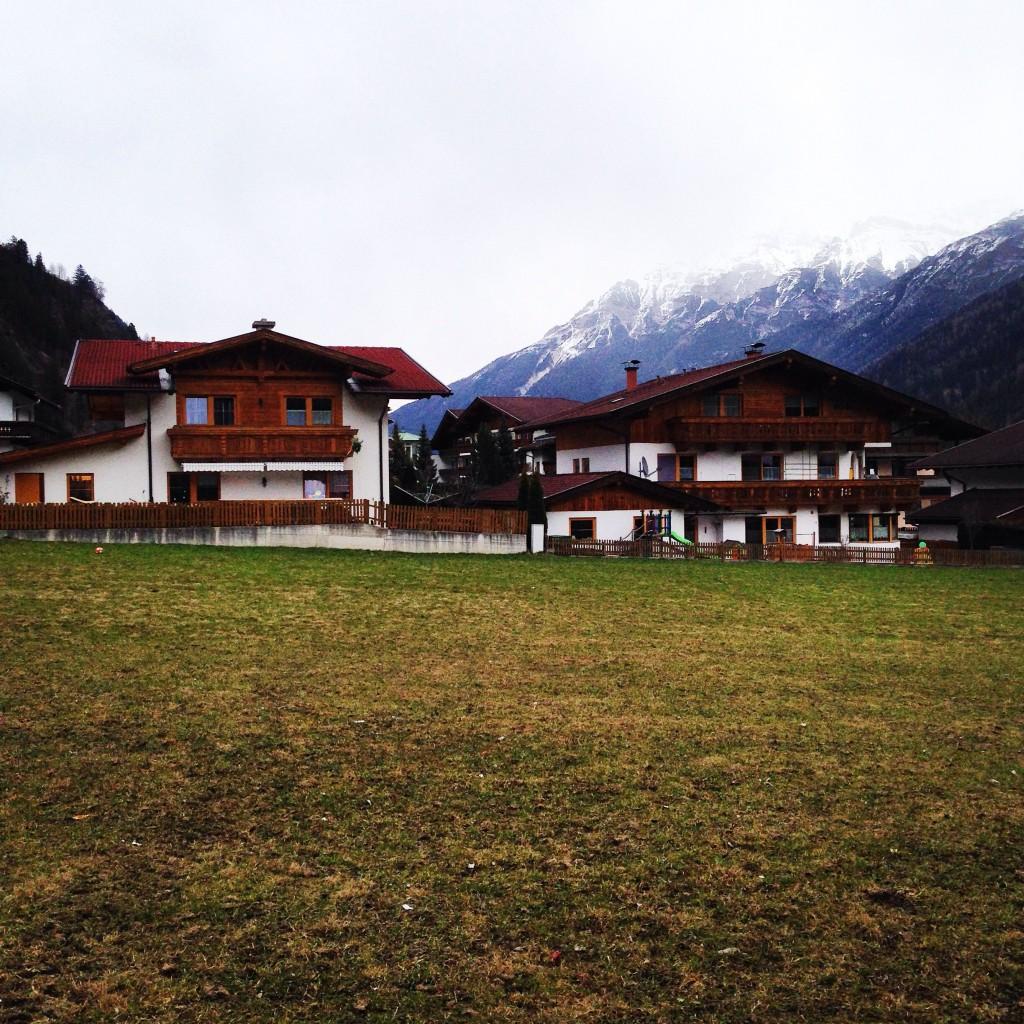 Des chalets tyroliens à la sortie de l'hiver