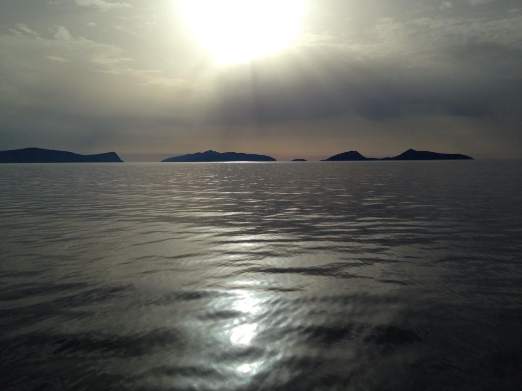 L'horizon les rochers sont noirs, la mer également. Le soleil vient de se lever.