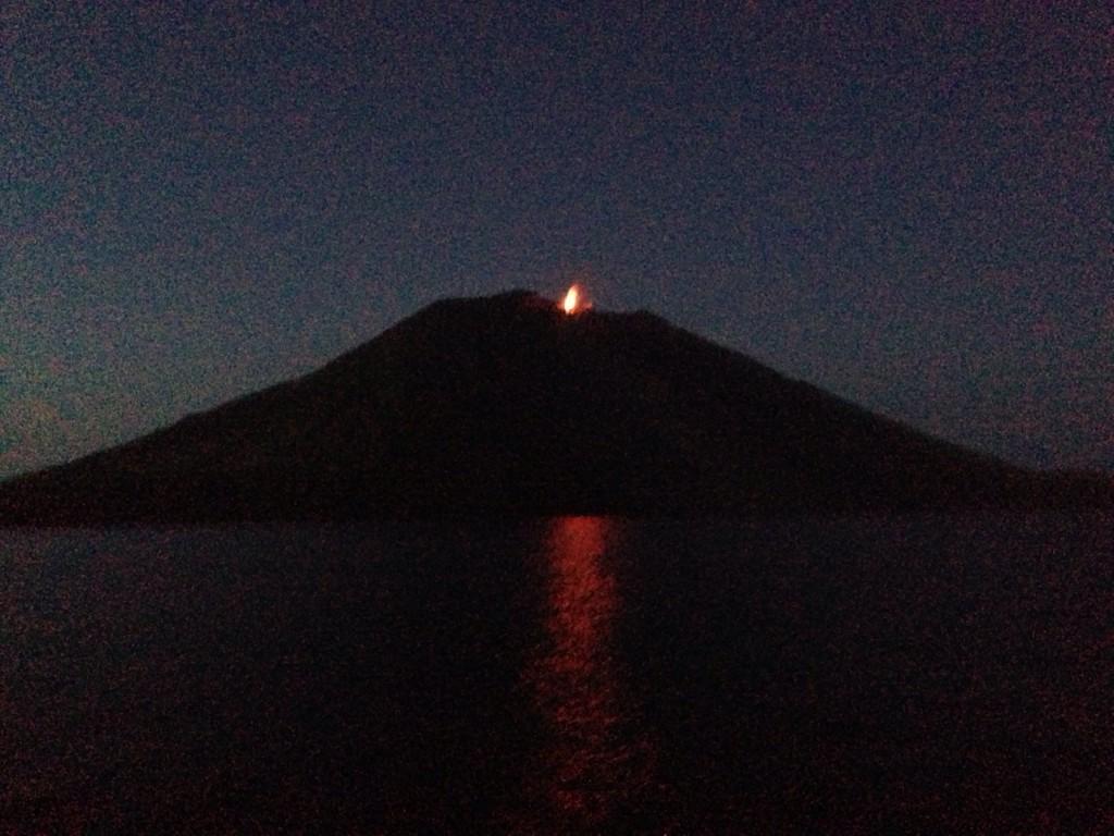 Une éruption du Stromboli lors d'une navigation de nuit en Méditerranée