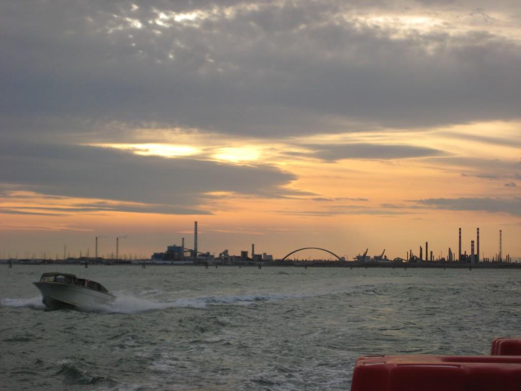Au loin la zone industrielle de la lagune de Venise