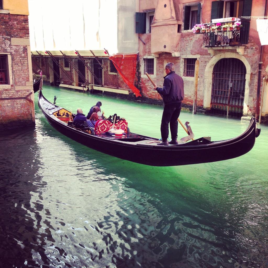 24. Gondolier sur les canaux de Venise