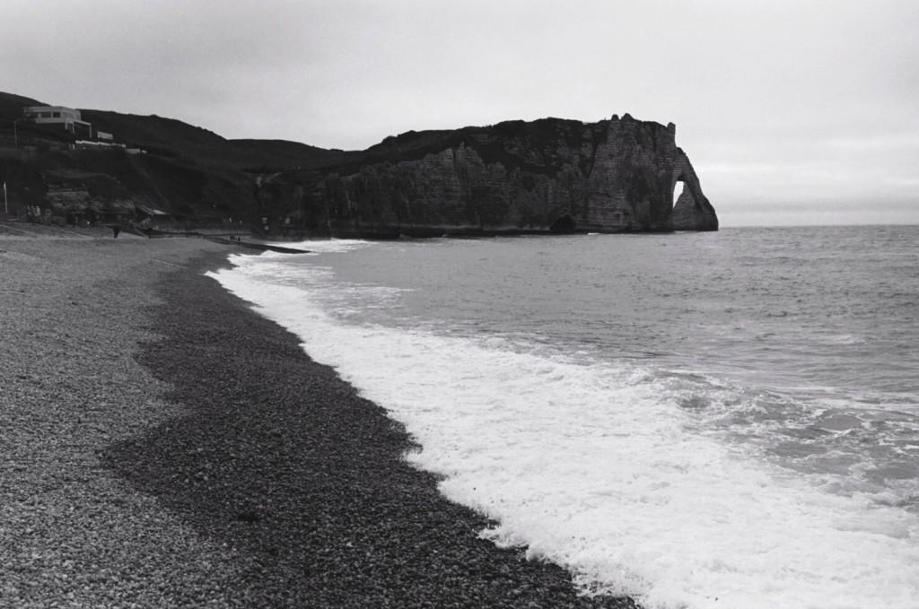 La côte d'albatre s'assombrit à l'approche de la nuit