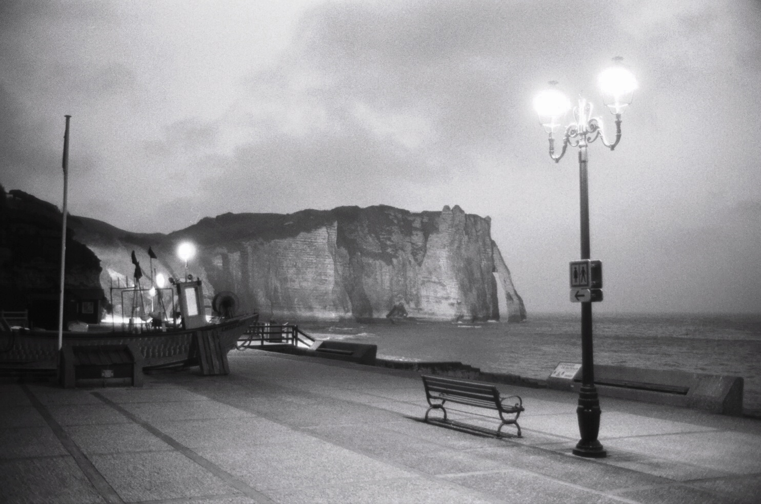 La nuit s'empare des falaises d'Etretat