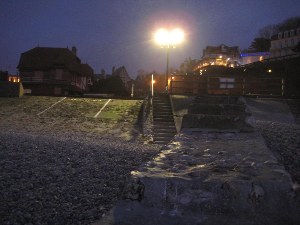 La ville d'Etretat vue depuis la plage de nuit