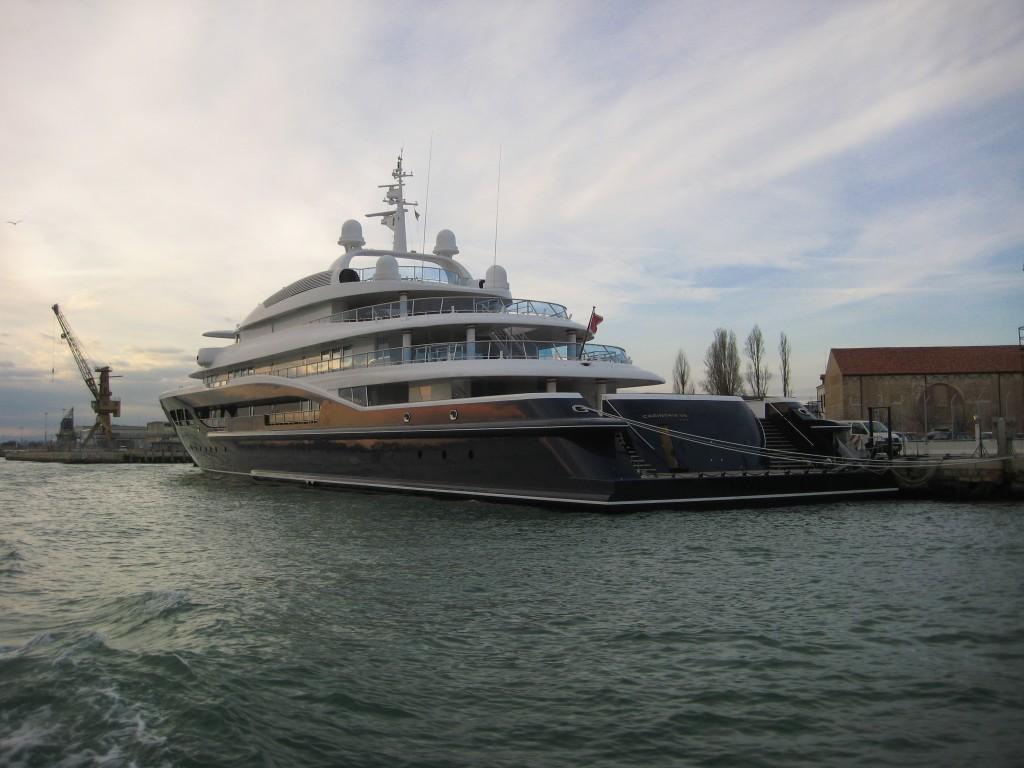 Les plus beaux yachts viennent accoster à Venise