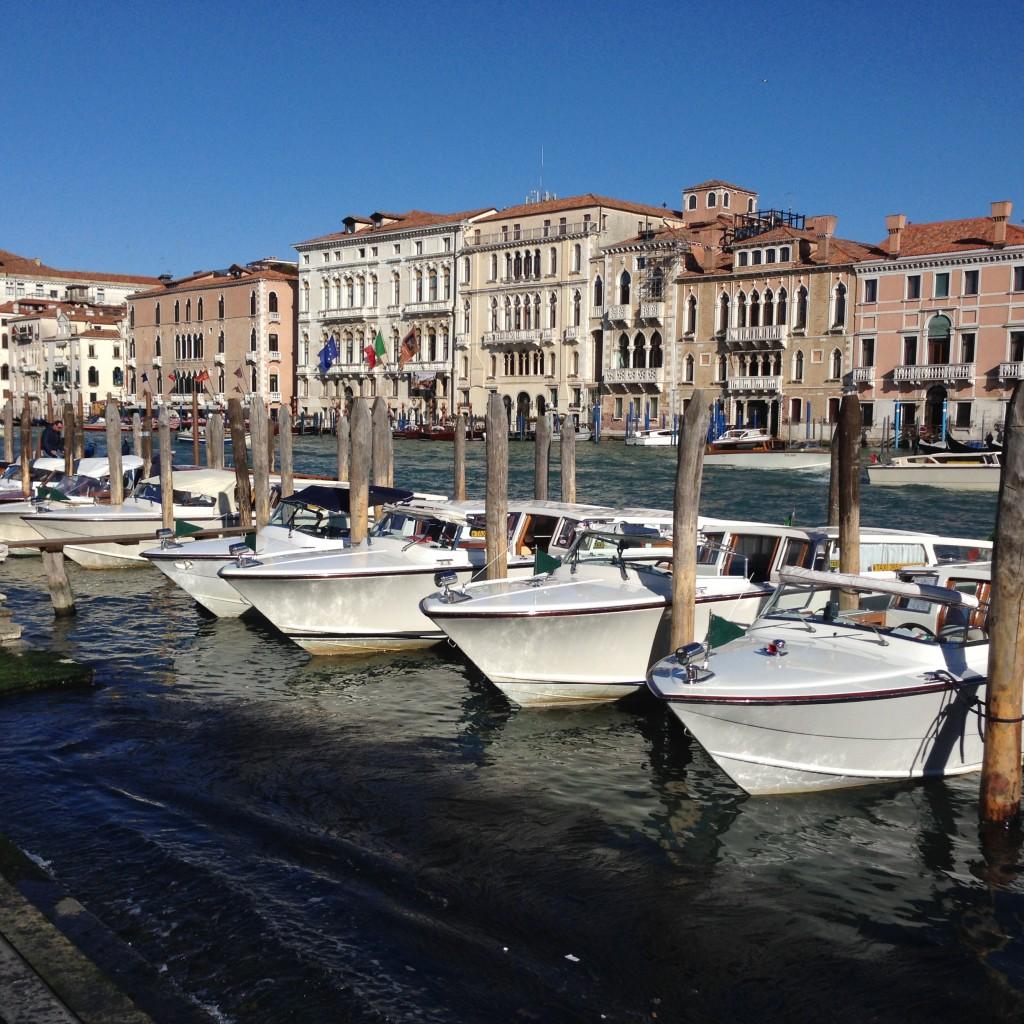 Tous ces bateaux blancs sont des taxis vénitiens