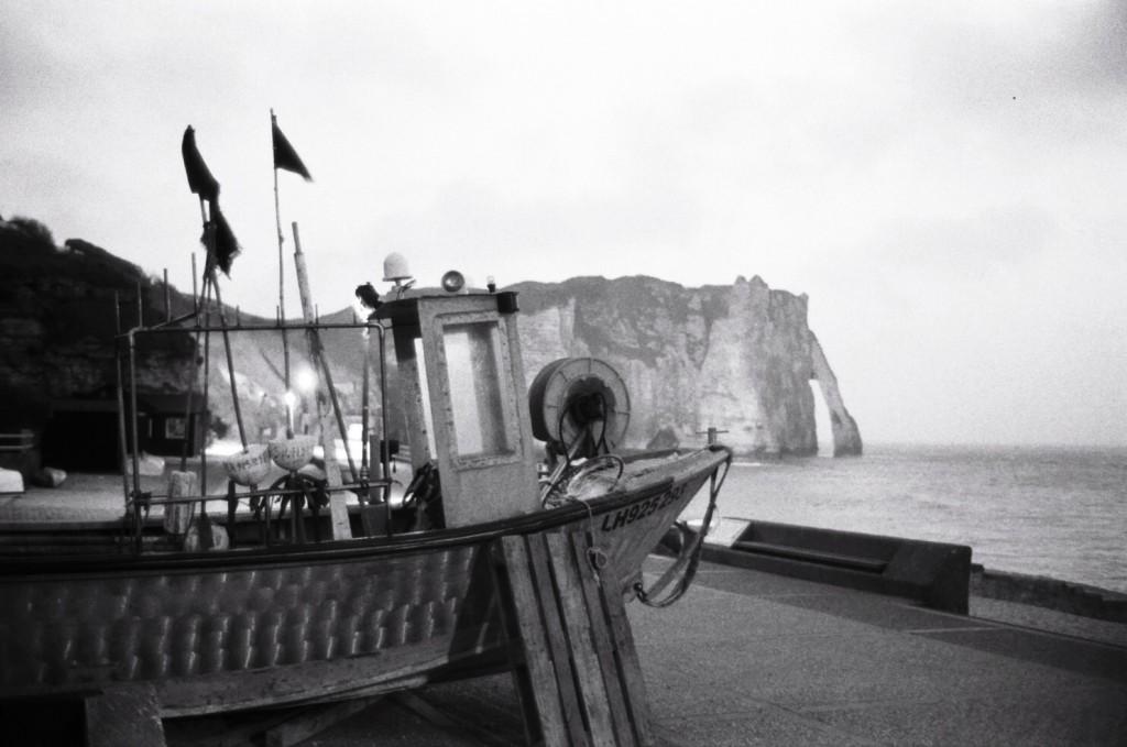 Un bateau de pêche au sec à l'abri de la falaise d'Etretat