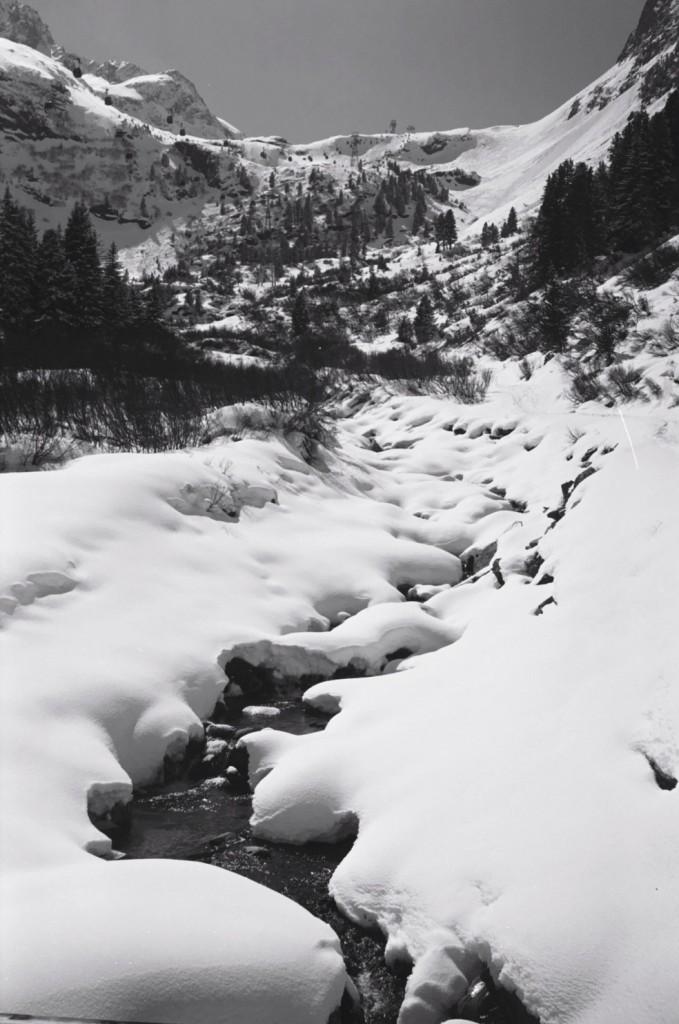 Un filet d'eau s'écoule le long des pentes des alpes autrichiennes