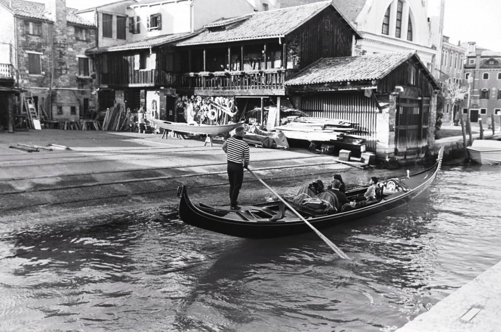 Un gondolier passe devant l'atelier de réparation des gondoles
