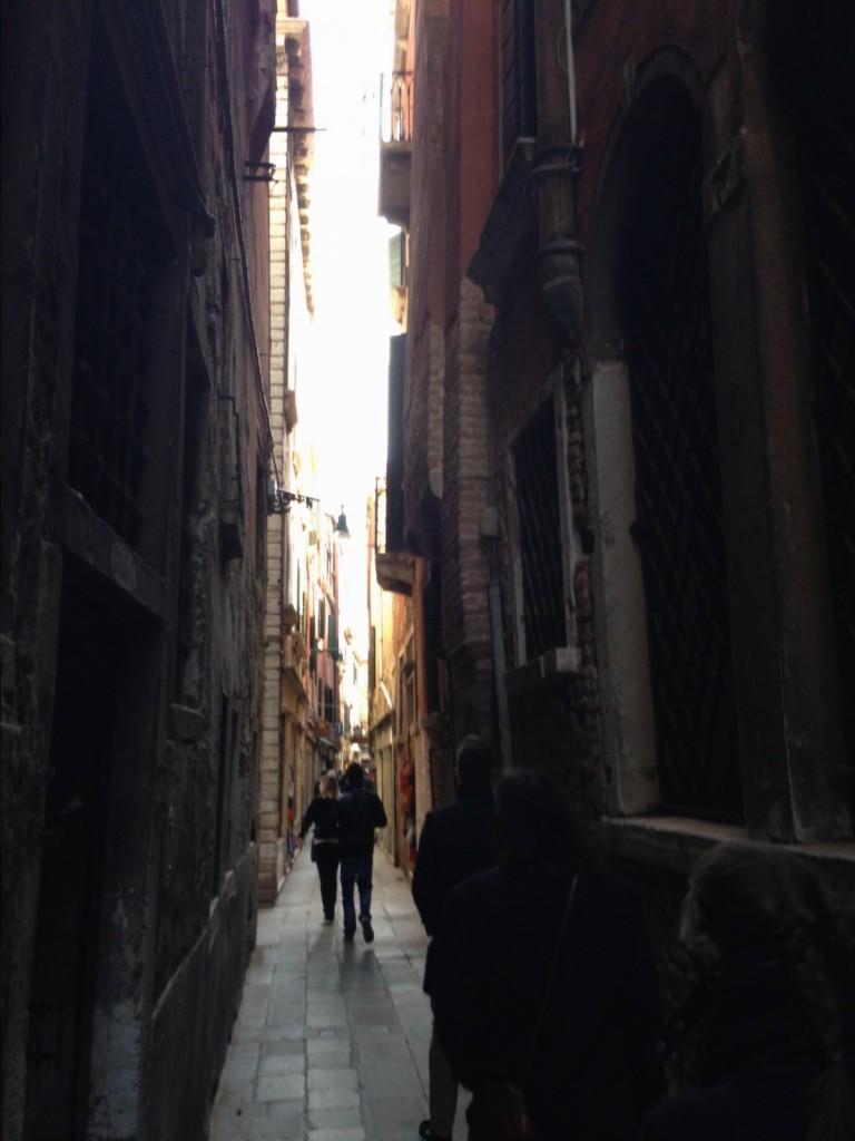 Une ruelle très étroite à Venise
