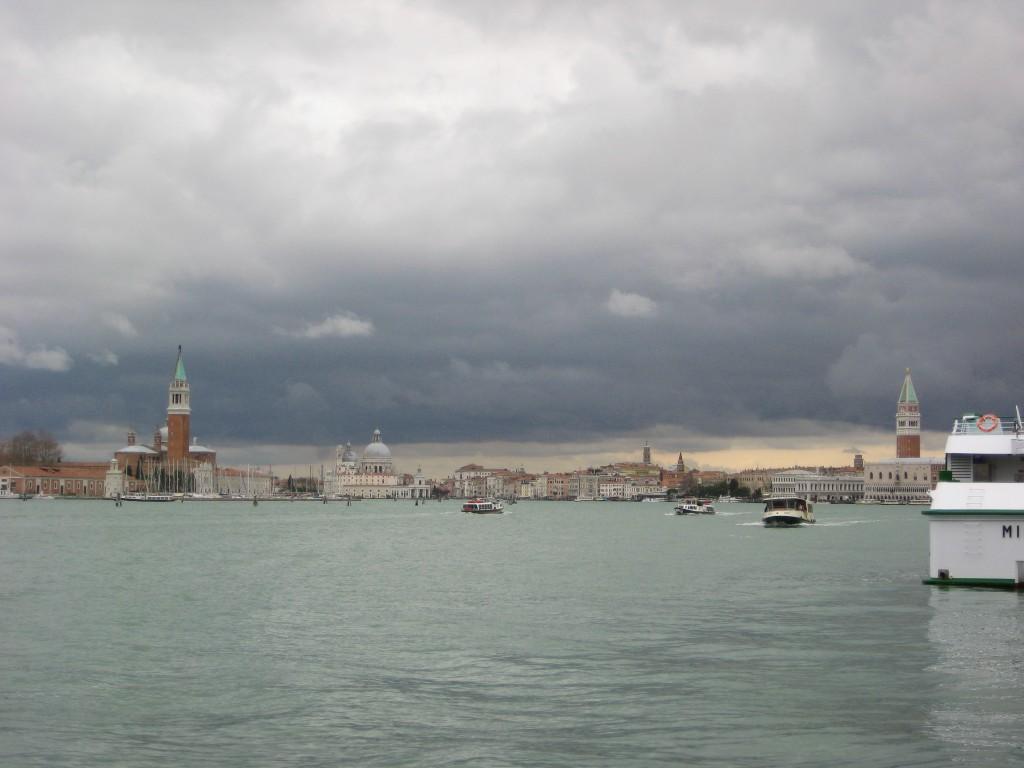 La belle ville de Venise sous un ciel menaçant et orageux