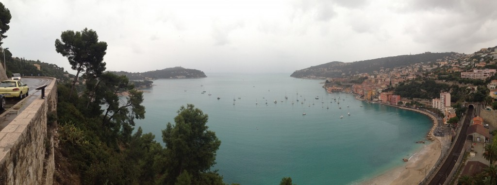 Vue sur Villefranche sur mer depuis la Corniche un jour de pluie