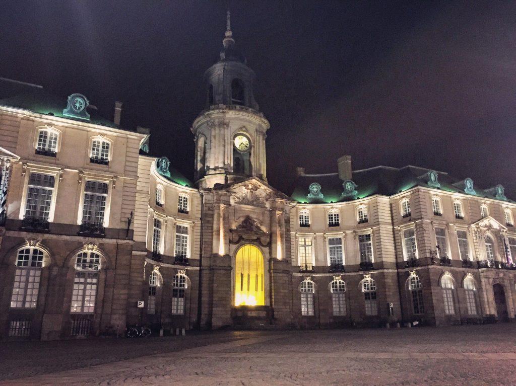 La place de la Mairie la nuit à Rennes