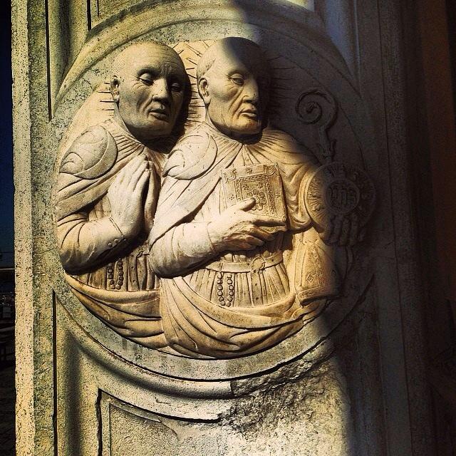 14. Sculpture d'un prête et d'un croyant dans l'embrasure d'une porte à Venise