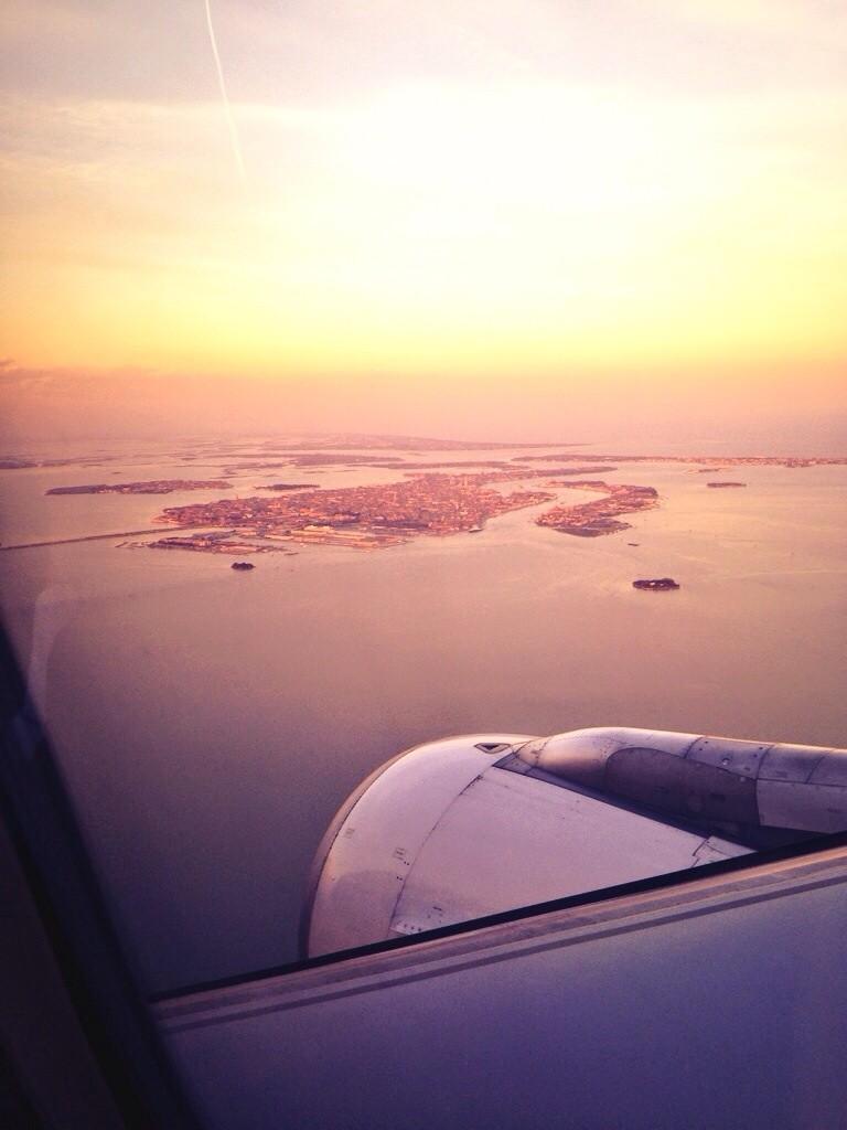 Vue depuis le hublot d'un avion sur la ville de Venise