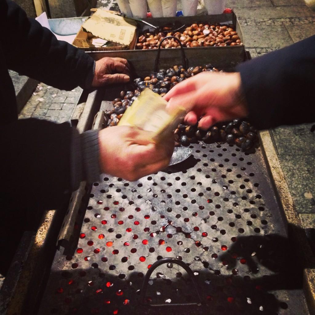 Au cœur de l'échange à Belgrade, quelques sous pour quelques châtaignes