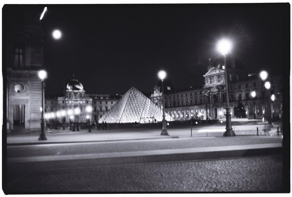 Le Louvre et sa pyramide de verre, la nuit à Paris