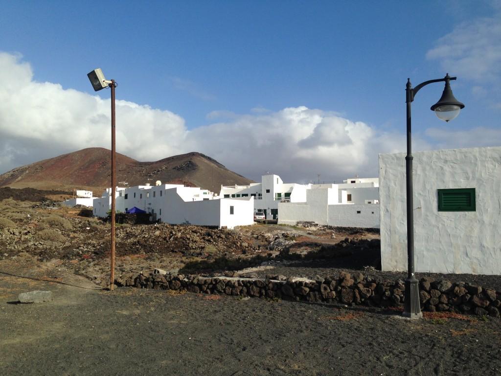 Le petit village d'El Golfo au pied d'un volcan