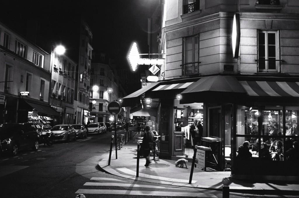 Un café parisien au détour d'une rue la nuit