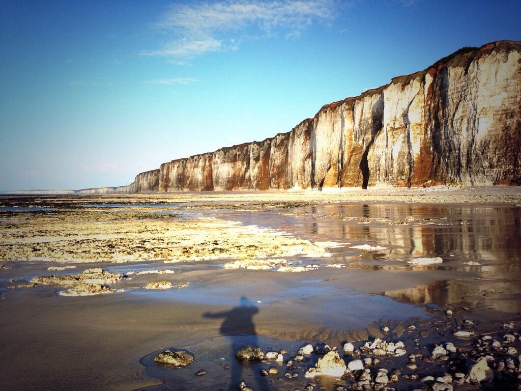 Seul face aux falaises de Haute-Normandie