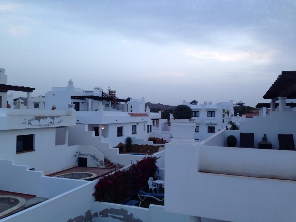 La nuit tombe sur la ville de Corralejo