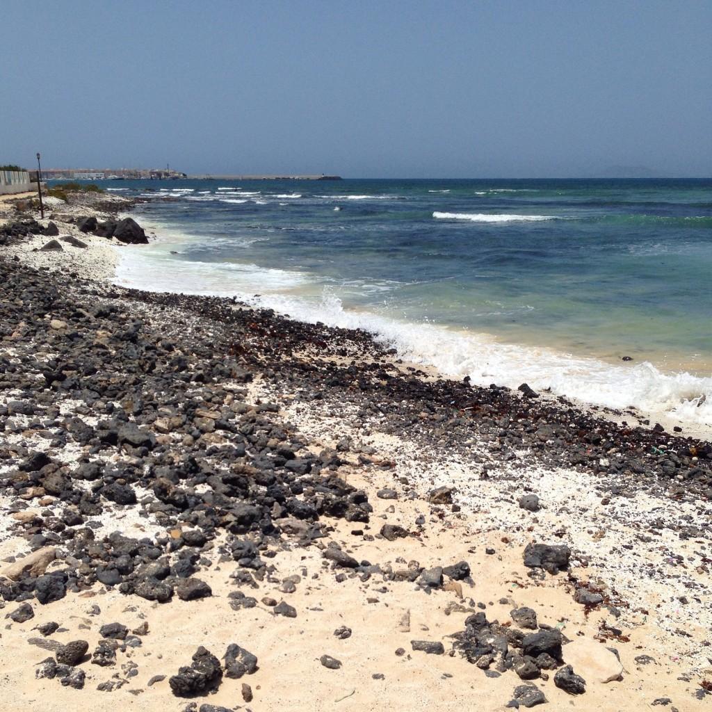 Une plage aux reflets volcaniques