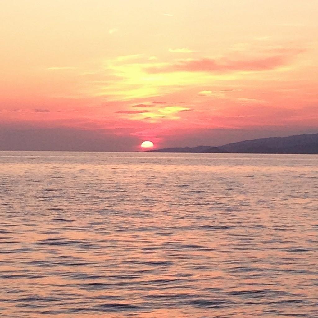 Coucher de soleil sur la mer Egée depuis l'île de Mykonos