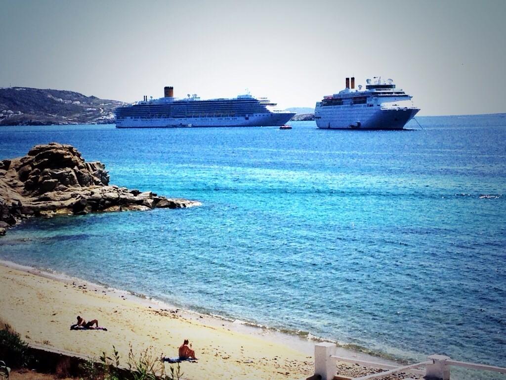 La baie de Mykonos assiégé par des paquebots