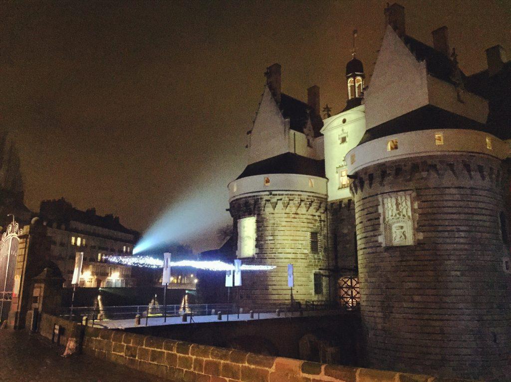 Le château des Ducs de Bretagne la nuit à Nantes
