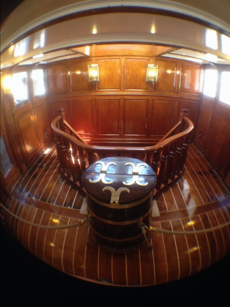 Cet escalier permet l'accès au ponts inférieurs du navire dont les 60 couchettes de l'equipage