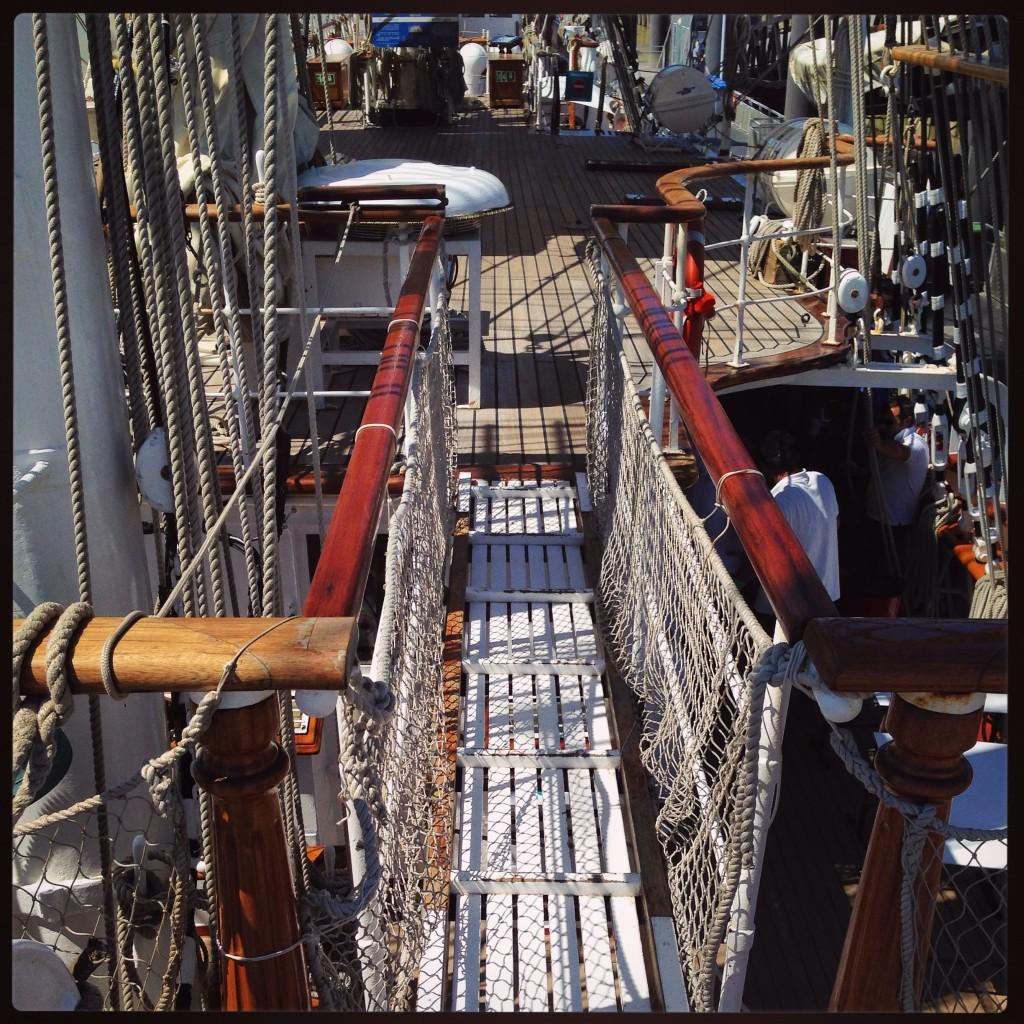 Une passerelle relie les deux ponts supérieurs du Belem