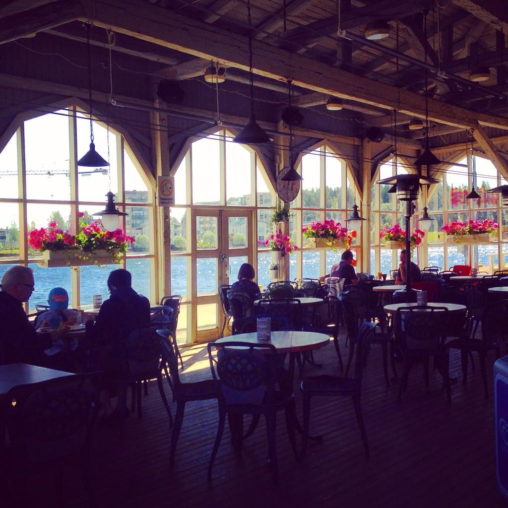 12. Un café installé sur les berges du fleuve à Joensuu, dans l'est de la Finlande